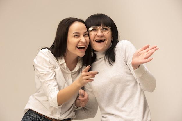 Um retrato de uma feliz mãe e filha