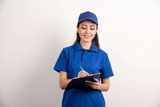Um retrato de uma jovem mulher de entrega com área de transferência. foto de alta qualidade