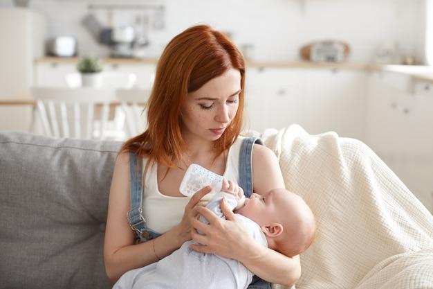 Um retrato de uma linda mãe com seu bebê