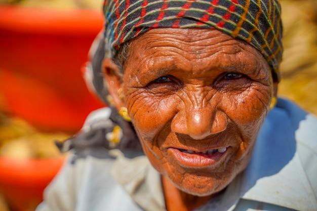 Um retrato de velha indiana com rugas no rosto