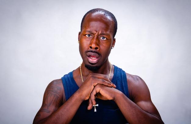 Um retrato jovem negro. ele está com medo e chocado.