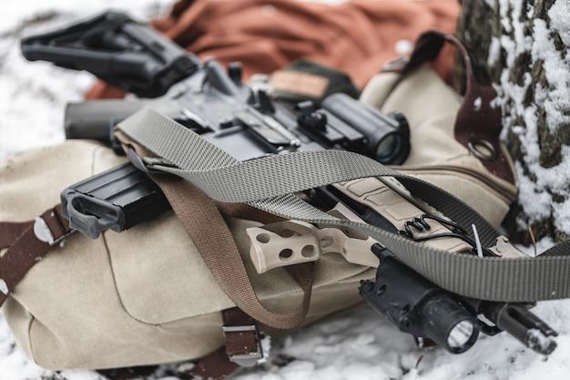 Um rifle de assalto encontra-se em uma maleta militar no inverno.