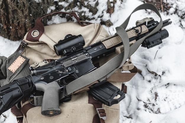 Um rifle de assalto encontra-se em uma maleta militar.