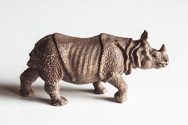 Um rinoceronte de brinquedo isolado contra um fundo branco
