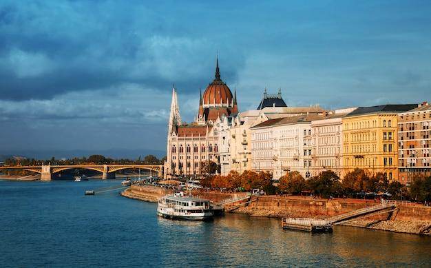 Um, rio danúbio, em, budapest, passado, a, edifício parlamento, e, ponte margarida, em, verão, tempo