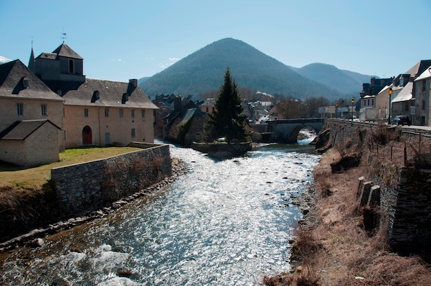 Um rio passando por uma cidade