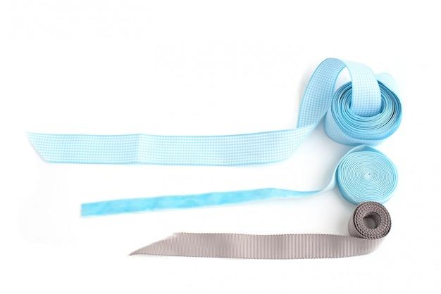 Um rolo de fita colorida para elaboração e decoração