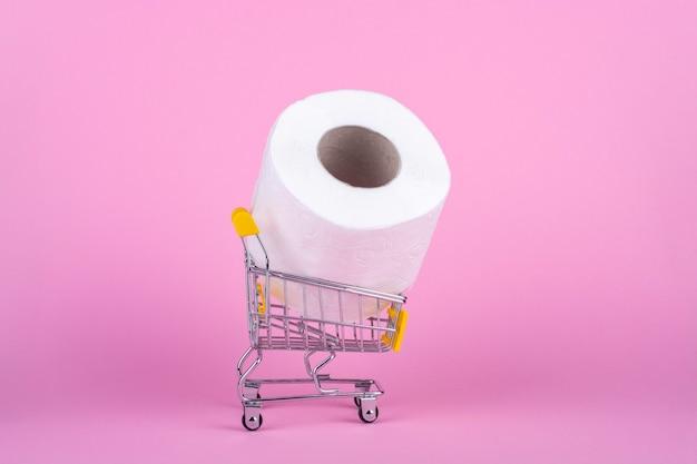 Um rolo de papel higiênico em um carrinho de compras.
