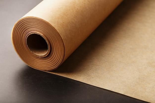 Um rolo de papel pergaminho marrom desdobrado para assar alimentos no escuro
