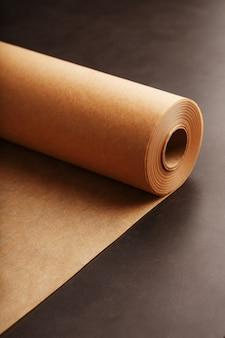 Um rolo de papel pergaminho marrom desdobrado, para assar alimentos