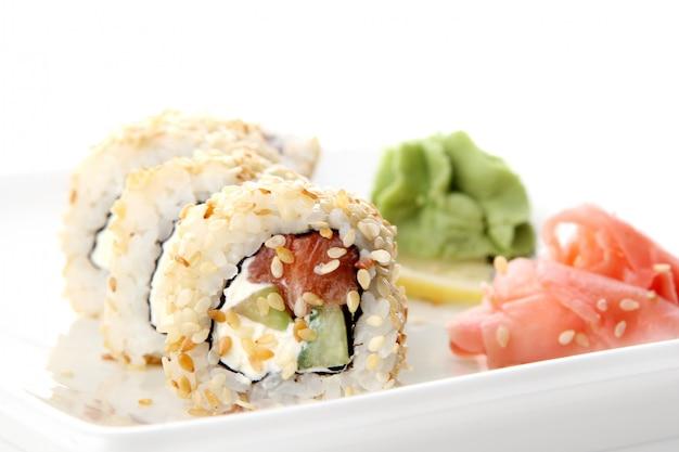 Um rolo de sushi fresco e saboroso