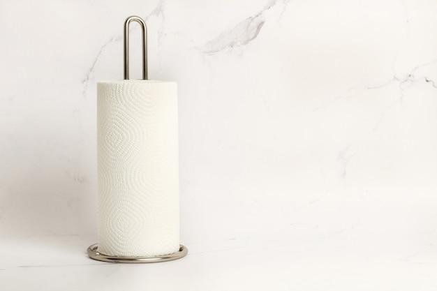 Um rolo de toalhas de papel em um fundo de mármore