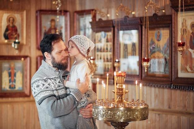 Um, russo, homem, com, um, barba, e, um, filha, é, ficar, em, um, igreja ortodoxa