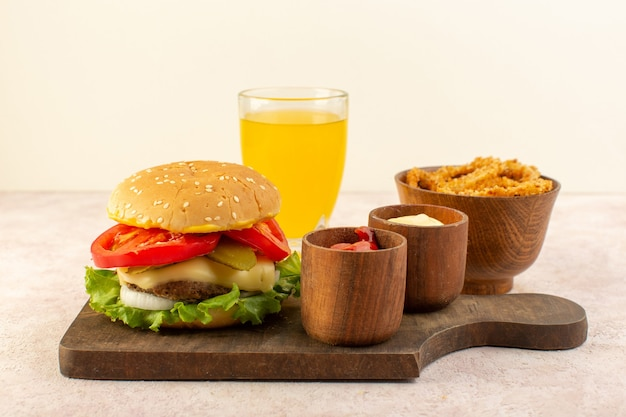 Um saboroso hambúrguer de carne com queijo e salada verde junto com ketchup e mostarda na mesa de madeira