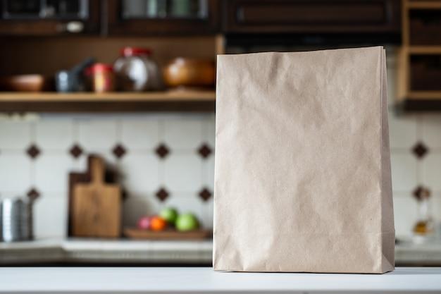 Um saco de papel vazio na mesa da cozinha.
