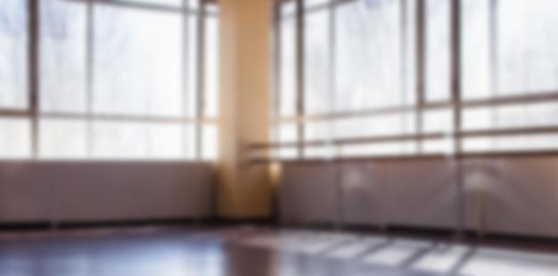 Um salão vazio para as aulas de dança embaçarem