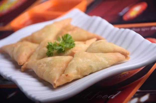 Um samosa é um prato frito ou assado com um recheio salgado