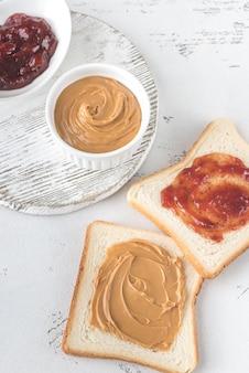 Um sanduíche de manteiga de amendoim e geléia
