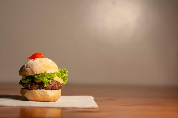 Um sanduíche na mesa