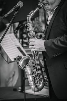 Um saxofonista toca música em um evento em um café.