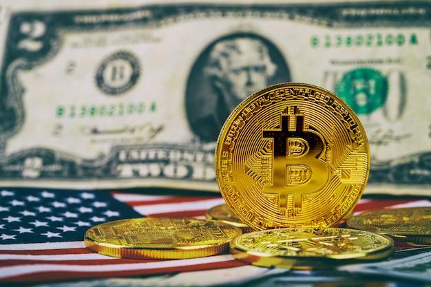 Um simbólico moedas de bitcoin em notas de cem dólares