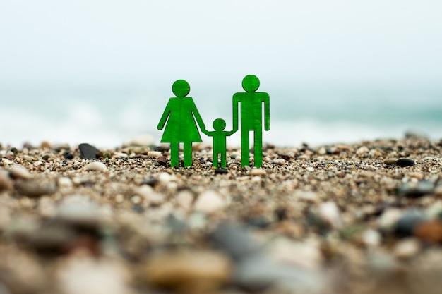 Um símbolo da família no contexto das figuras à beira-mar do pai da mãe e do filho.