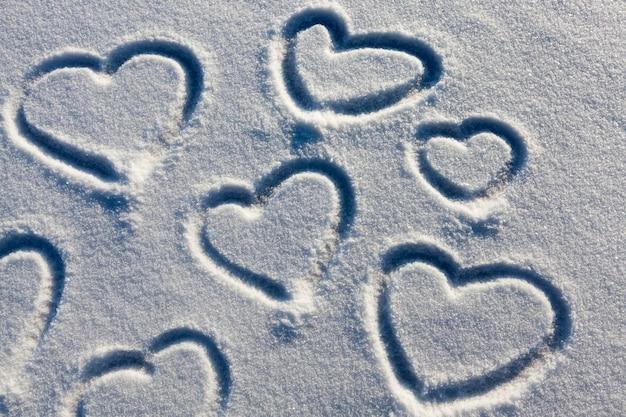 Um símbolo de coração desenhado na neve