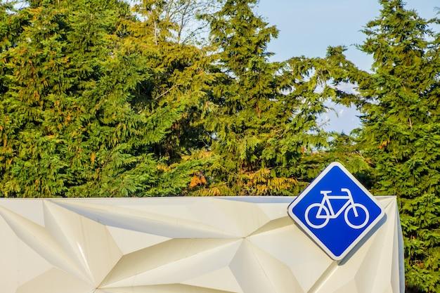 Um sinal de bicicleta em forma de diamante pendurado em uma cabine de aluguel de bicicletas. em sochi, de bicicleta, você pode passar o ano todo