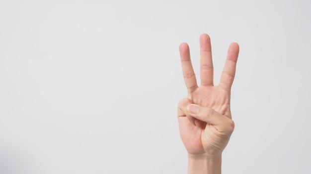 Um sinal de mão de 3 dedos apontando para cima, significando três ou terceiros. é colocado em um fundo branco
