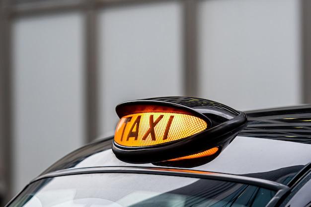 Um sinal de táxi britânico preto londres
