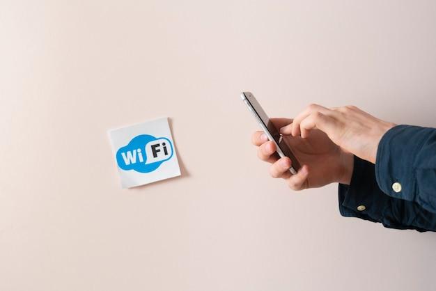 Um sinal de wi-fi no adesivo abstrato na parede afixado em um local público
