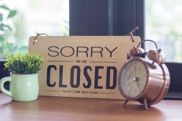 Um sinal pendurado na porta da loja de café