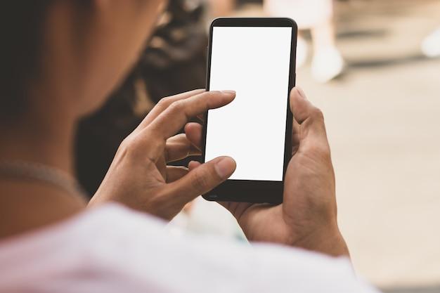 Um smartphone com uma tela vazia na mão de um homem.