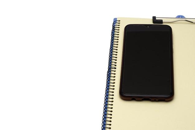 Um smartphone em um notebook com espaço de cópia em branco