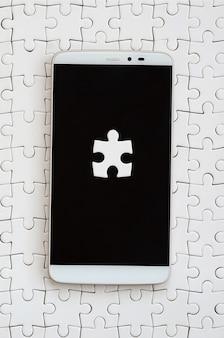 Um smartphone grande e moderno, com vários elementos de quebra-cabeça