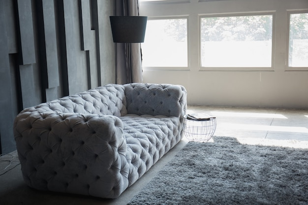 Um sofá cinza na sala do loft