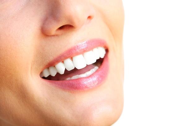 Um sorriso lindo feminino sobre fundo branco