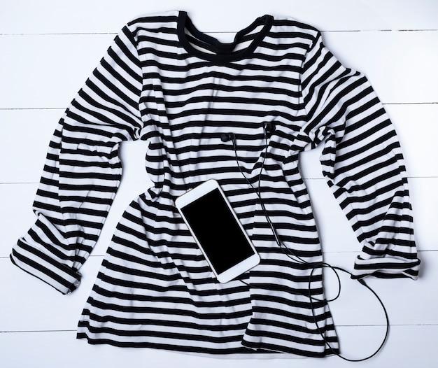 Um suéter longo em listras pretas e brancas