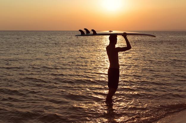 Um, surfista, em, pôr do sol