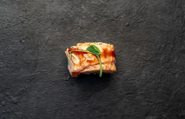 Um sushi roll em um fundo de pedra