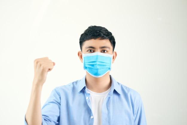 Um tailandês de camisa branca está usando uma máscara azul