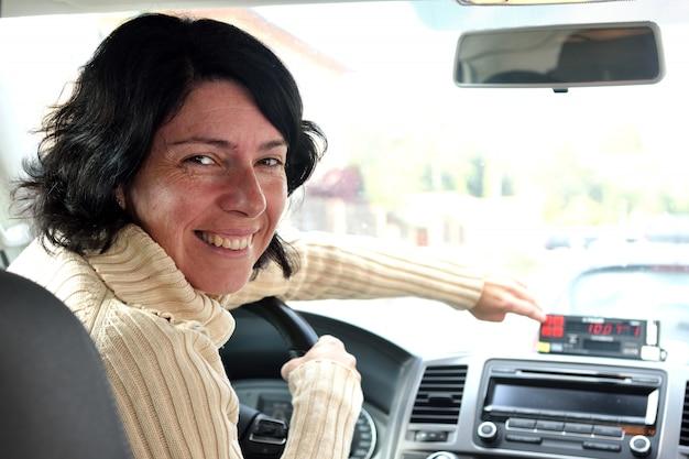 Um, taxista, mulher