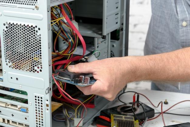 Um técnico consertando um computador