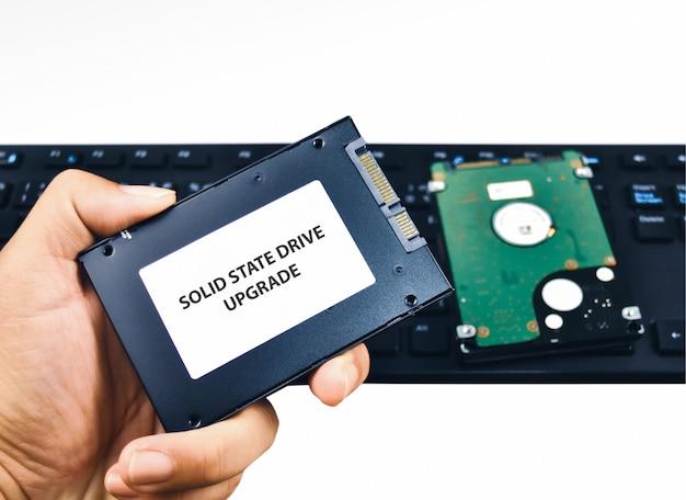 Um técnico mostra um disco rígido ssd (solid state drive) para uma atualização de laptop