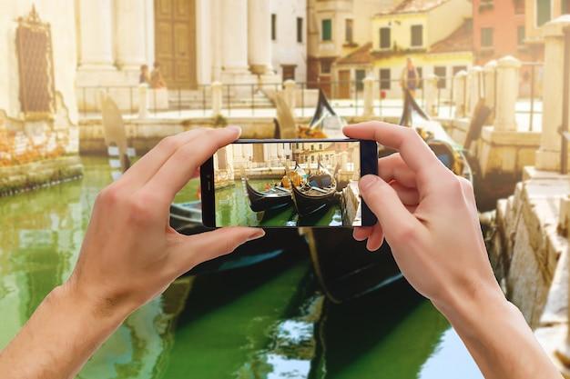 Um, telefone móvel, tirando uma foto, de, um, gondolier, ligado, seu, gôndola, em, veneza