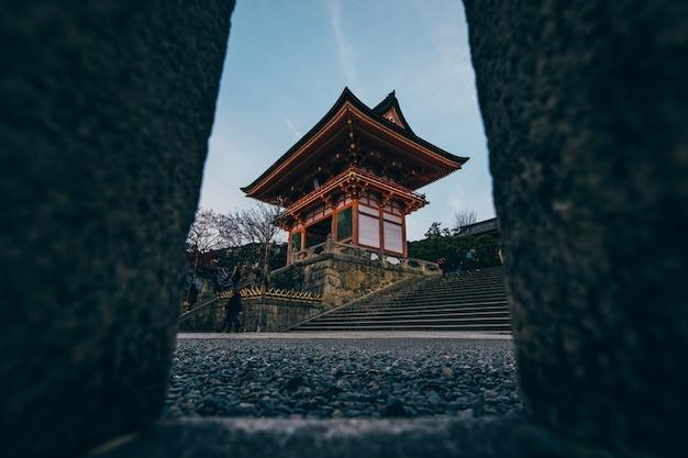 Um templo em kyoto, que é a principal atração turística da cidade.