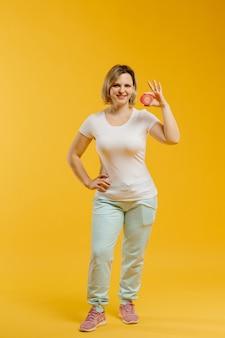 Um terapeuta enrola fita de cinesiologia para demonstrá-la