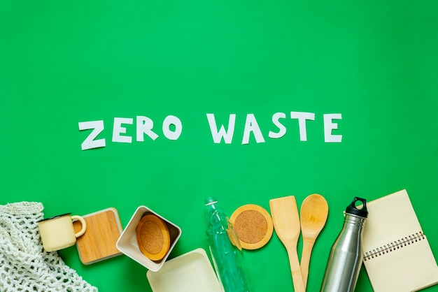 Um texto de zero desperdício de letras planas com coisas orgânicas reutilizáveis, tendência moderna limpa