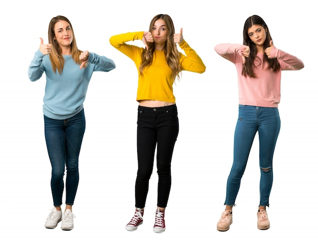 Um tiro completo de um grupo de pessoas com roupas coloridas fazendo sinal de bom-mau.