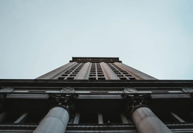 Um tiro de ângulo baixo de um edifício alto de negócios em nova york